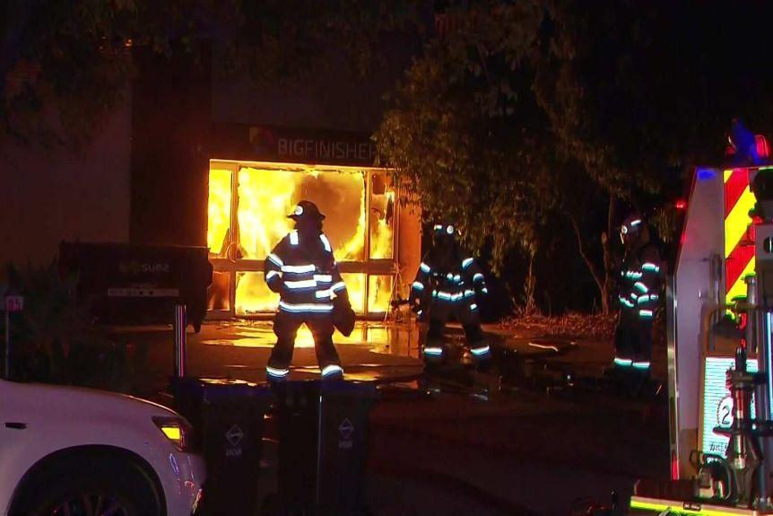 Les pompiers combattent l'incendie depuis le devant de l'entreprise