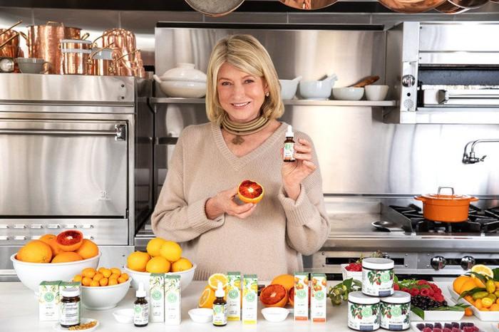 Martha Stewart modélise sa gamme éponyme de produits et d'ingrédients CBD.