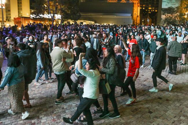 On a vu des gens danser sur la place.