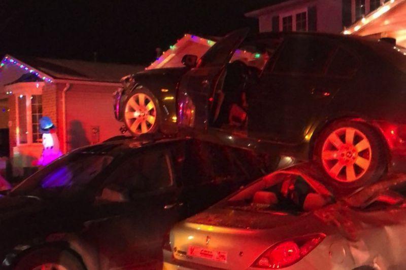 Un conducteur ivre s'écrase de façon spectaculaire, atterrissant sur des voitures en stationnement