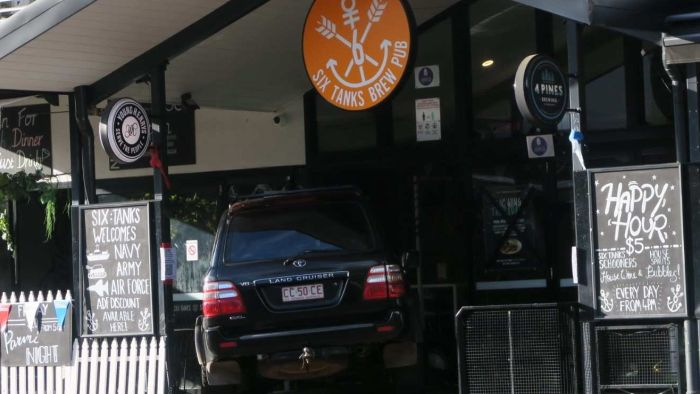 La police du NT enquête après que la voiture s'est écrasée dans le pub de Darwin CBD Six Tanks Brew Co