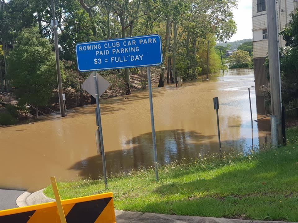 Le parking du club d'aviron inondé.  Photo: Lismore City SES.