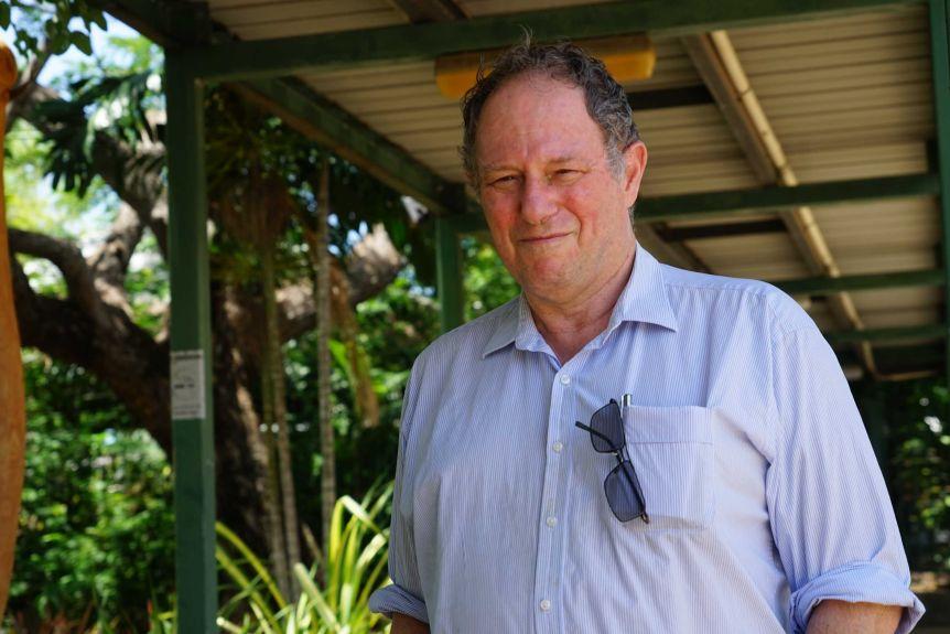 Robert Parker se tient devant l'hôpital avec une expression sombre.