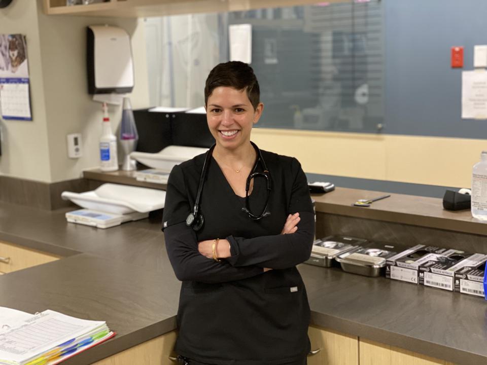 La vétérinaire Trina Hazzah travaille avec ses collègues pour diffuser des informations sur les médicaments CBD pour animaux de compagnie.