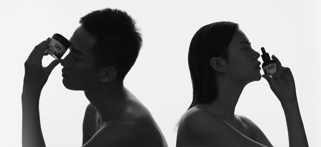 Deux modèles chinois brandissant les produits de soin de la peau CBD de 2XY