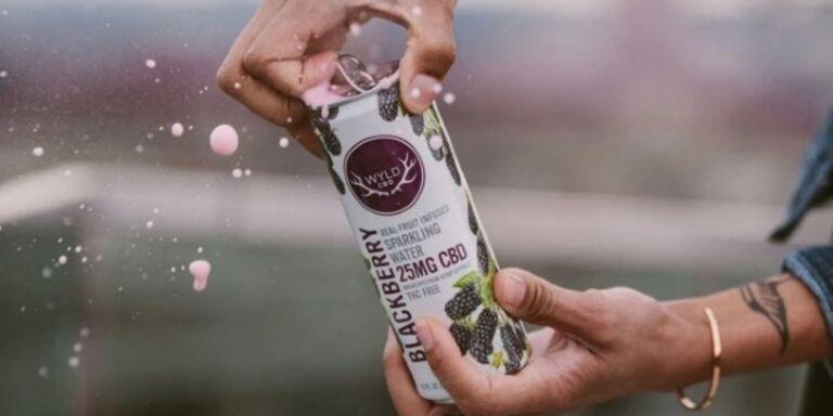 Cette eau pétillante innovante combine le CBD avec une vraie saveur de fruits