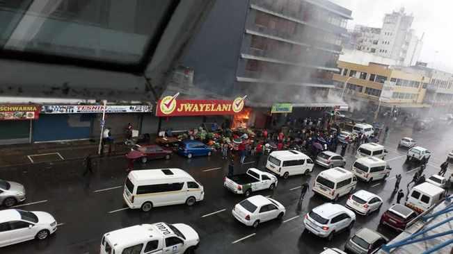 Des magasins pillés et incendiés après que la foule se soit déchaînée dans le CBD de Durban