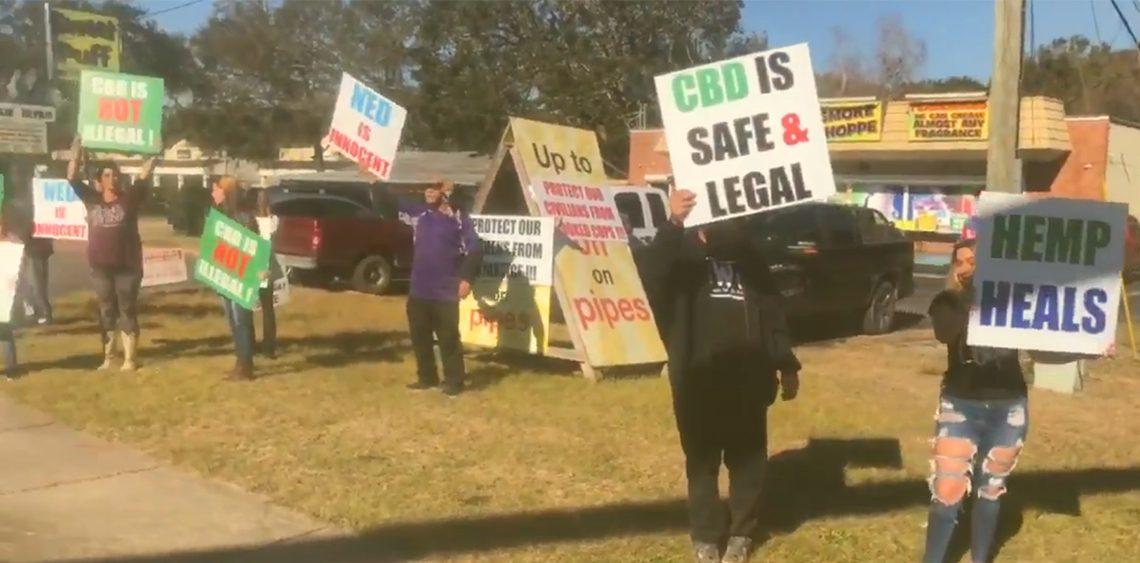 Des manifestants de Floride se rassemblent pour soutenir le propriétaire d'un magasin de fumée arrêté pour expédition de CBD