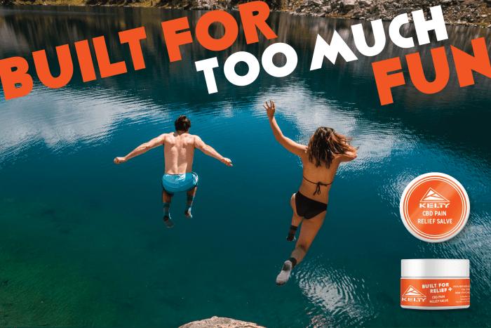 Deux personnes sautant dans l'eau avec le slogan