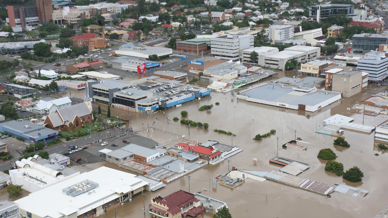 Inondations à Ipswich en janvier 2011 Ipswich CBD à l'ouest.  Coles au centre, avec la pharmacie de jour et de nuit d'Ipswich à droite.  Photo: Rob Williams