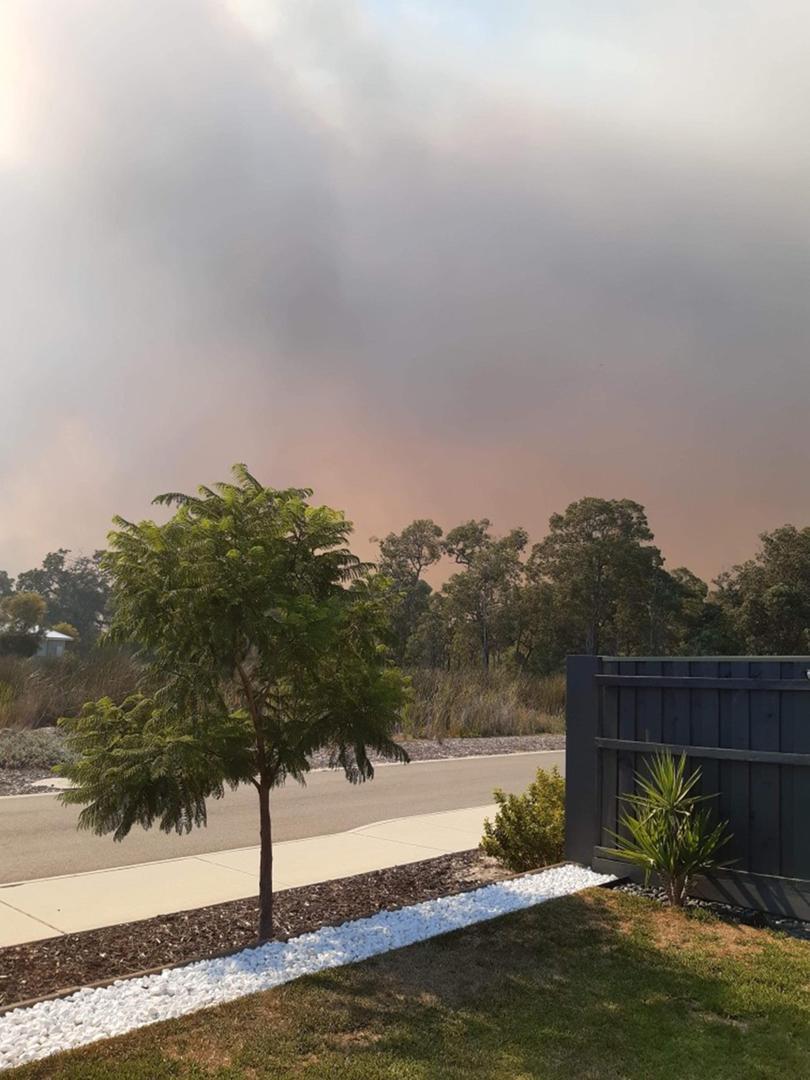 Le feu de Wooroloo se propage plus près vers Ellenbrook.