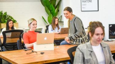 Les entreprises ont introduit la distanciation sociale et d'autres mesures pour rendre leurs lieux de travail sûrs pour leurs employés.