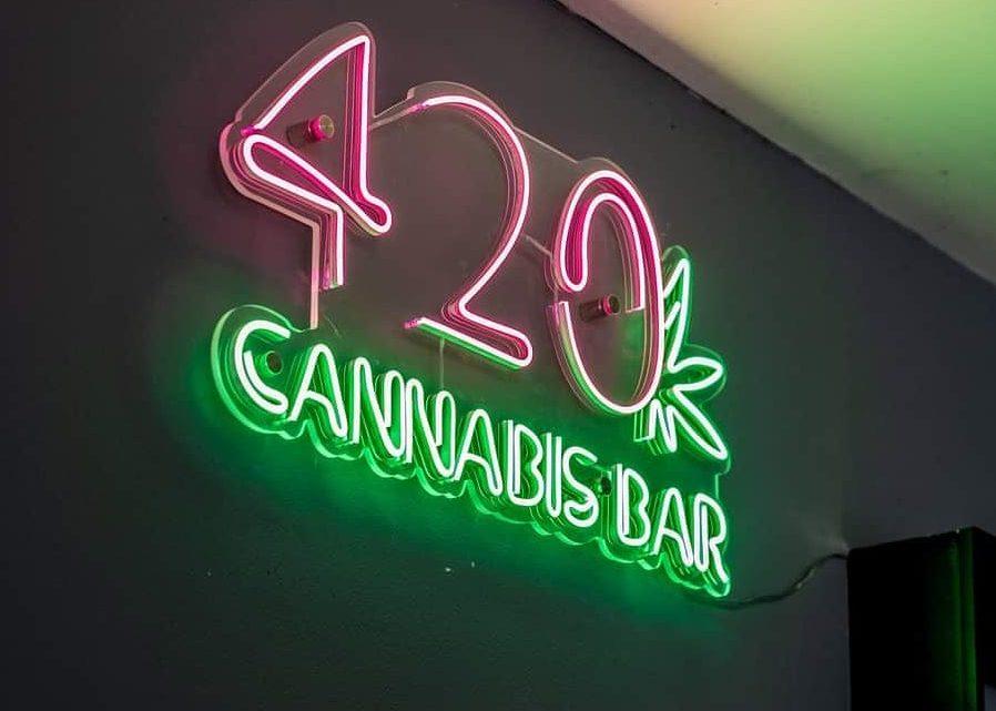 Nouveau joint: le premier café au cannabis de Bangkok s'ouvre avec des thés CBD et des collations