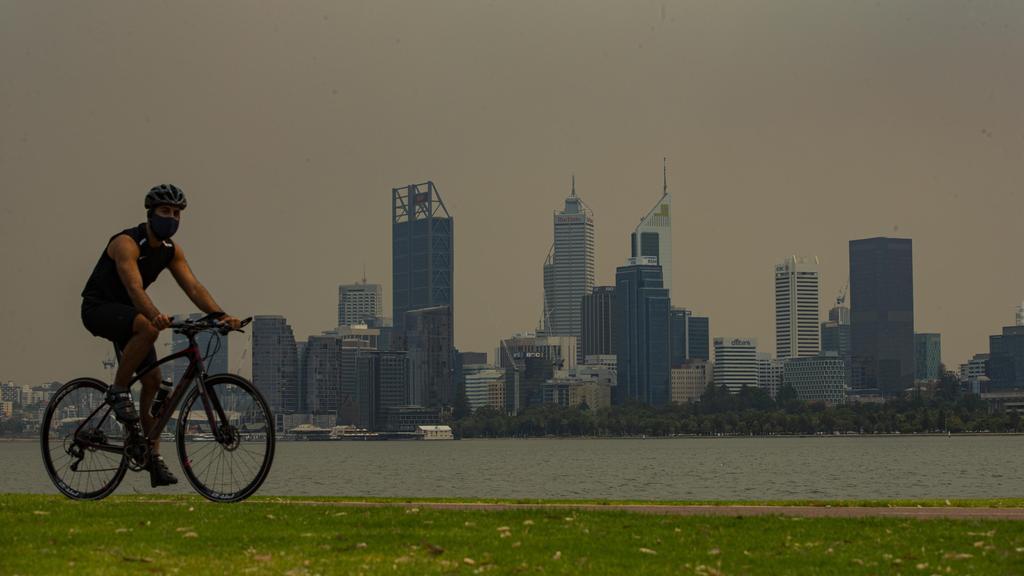 Perth Hills Bushfire: des cendres pleuvent sur Perth CBD, à 30 km de Monster Blaze