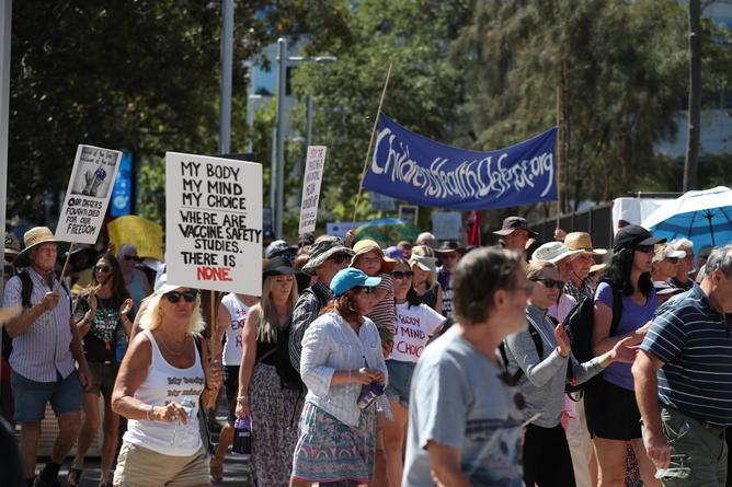 Les manifestants lors d'un rassemblement contre les vaccinations obligatoires à Perth.