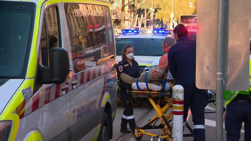 Quatre personnes transportées à l'hôpital après l'explosion d'une ligne de camions en béton sur le chantier de construction du CBD de Melbourne