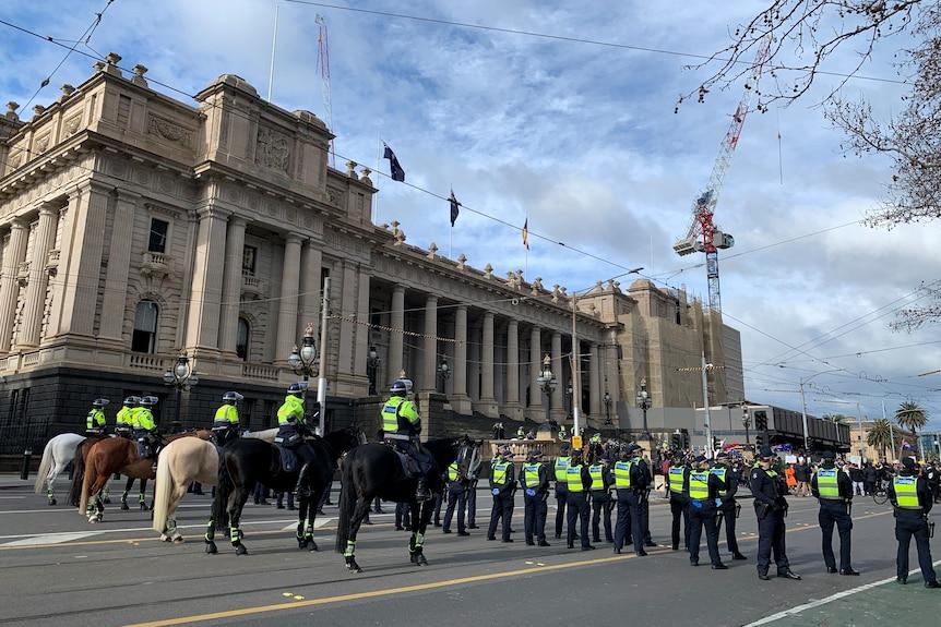 La police de Victoria lors d'une manifestation anti-confinement le samedi 24 juillet 2021.