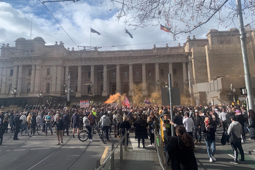 Des milliers de manifestants se sont rassemblés dans le CBD de Melbourne pour protester contre le cinquième verrouillage de l'État le samedi 24 juillet 2021.