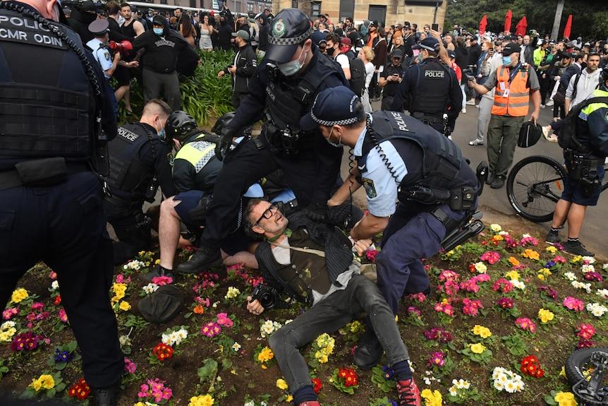 un homme au sol alors que la police le survole
