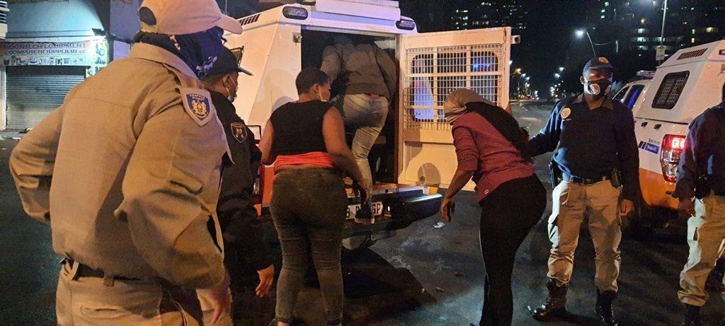 REGARDER    Troubles pro-Zuma : nuit d'explosions dans le CBD de Joburg alors que la police arrête au moins 20 émeutiers