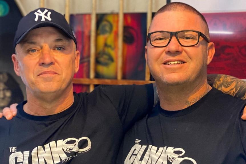 Deux hommes portant des t-shirts The Clink