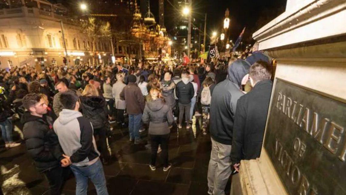 Coronavirus Covid 19: des manifestants descendent sur le CBD de Melbourne quelques heures après l'annonce du verrouillage