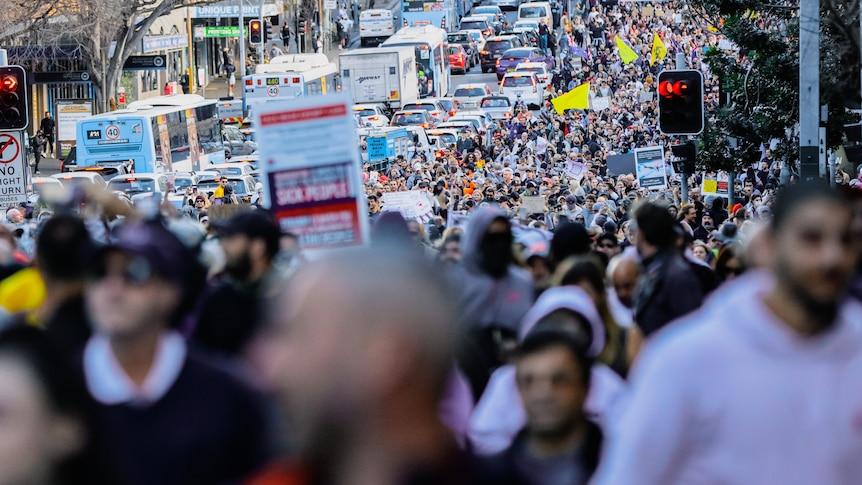 La police de NSW a mis en place une force de grève pour trouver des manifestants anti-verrouillage après que des milliers de personnes ont fermé le CBD de Sydney