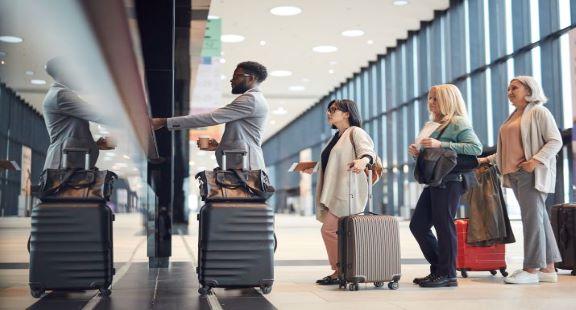 Personnes faisant la queue avec des bagages 3