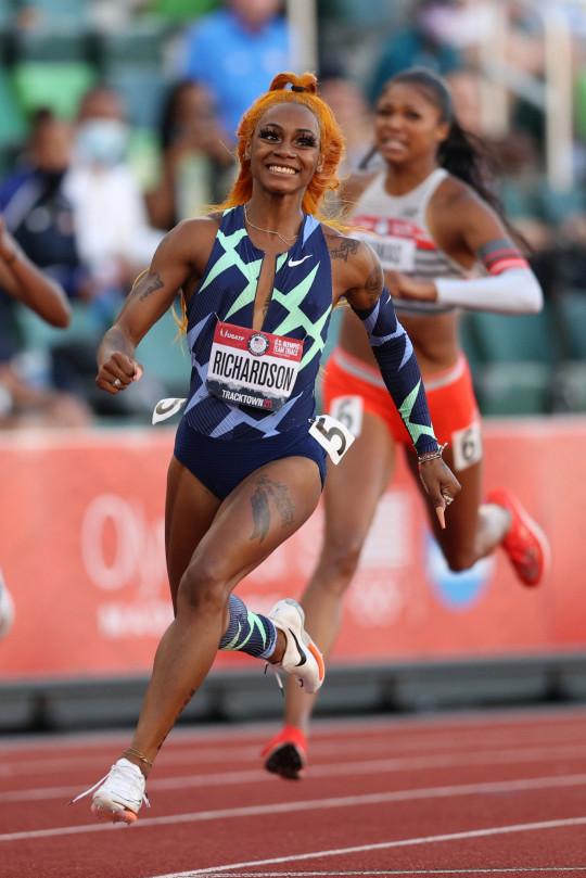 EUGENE, OREGON - 19 JUIN: Sha'Carri Richardson participe à la finale du 100 mètres féminin le jour 2 des essais de l'équipe olympique américaine d'athlétisme 2020 à Hayward Field le 19 juin 2021 à Eugene, Oregon.  (Photo de Patrick Smith/Getty Images)
