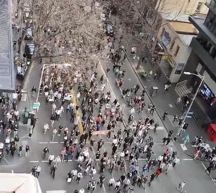 Des manifestants anti-verrouillage défilent dans le CBD de Melbourne au milieu d'affrontements avec la police