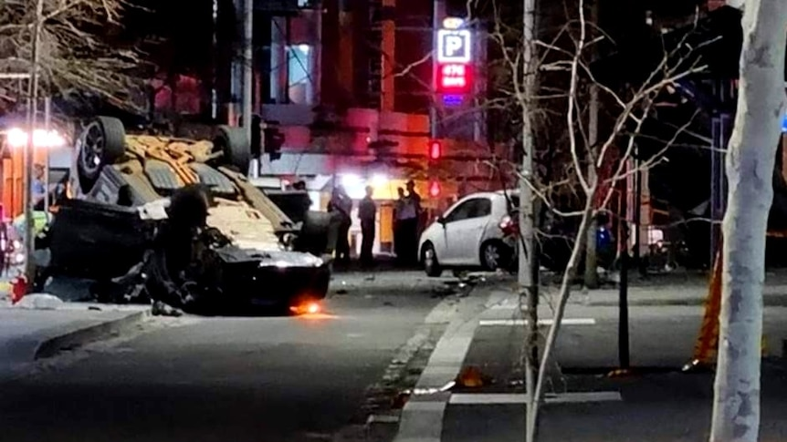 Homme mort, quatre personnes transportées à l'hôpital après un accident de voiture dans un restaurant en plein air du quartier central des affaires de Perth