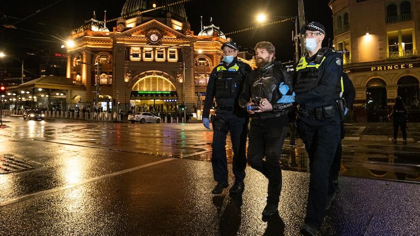 La police arrête des dizaines de manifestants anti-verrouillage dans le CBD de Melbourne