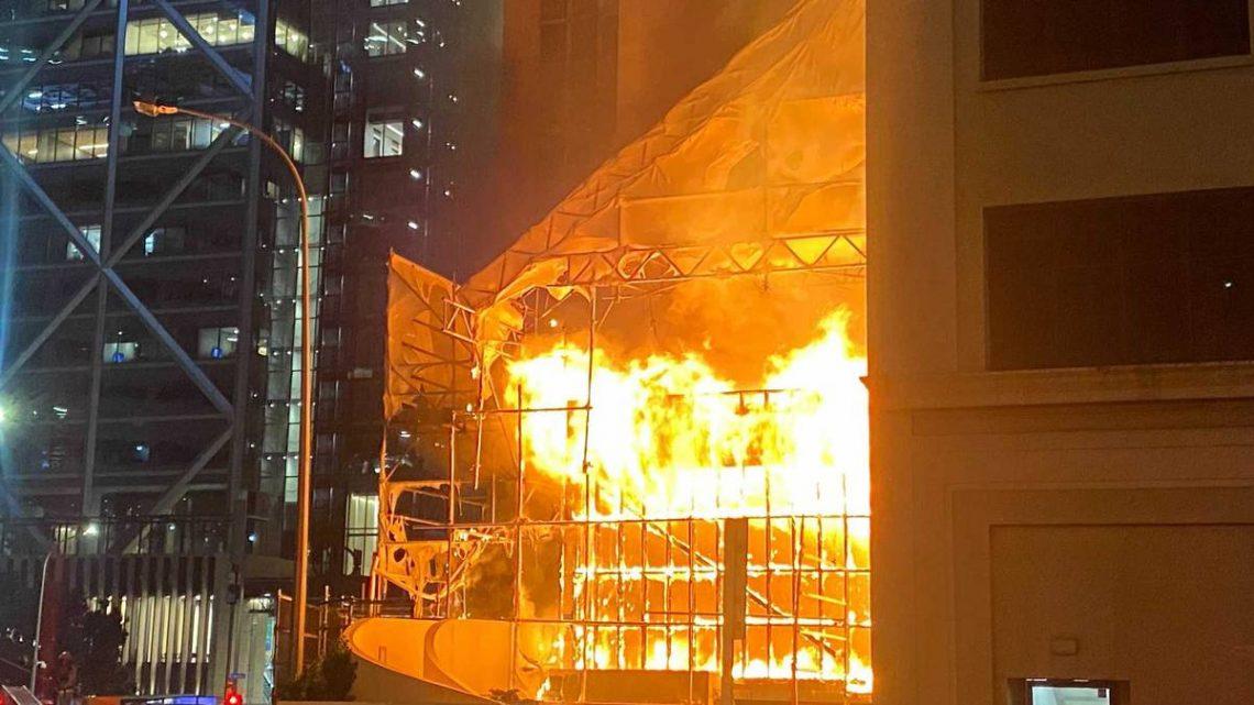 Un incendie qui fait rage ravage le chantier de construction du CBD d'Auckland à côté de la tour West Plaza