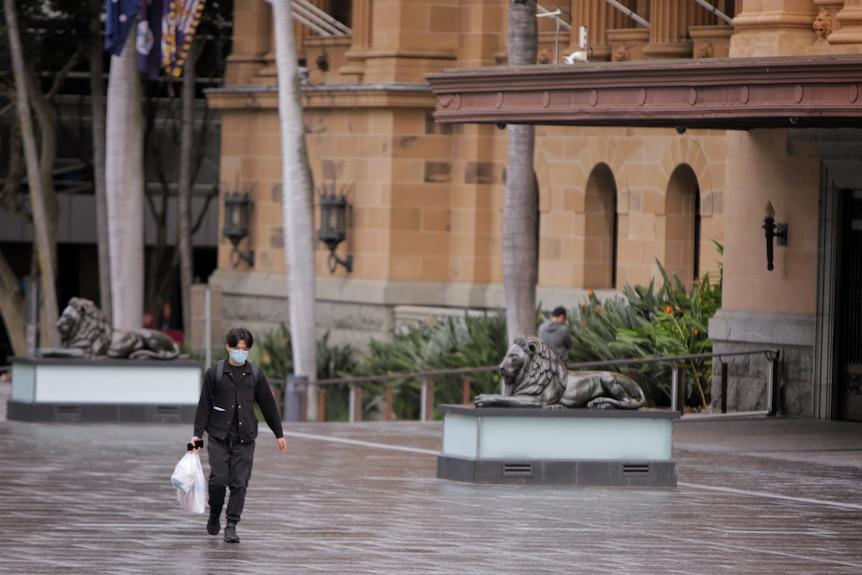 Homme portant un masque sur King George Square à Brisbane pendant le verrouillage.