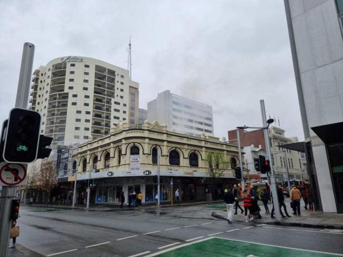 Les pompiers ont sauvé une personne d'un bâtiment en feu dans le CBD de Perth cet après-midi, alors qu'une douzaine d'autres équipes continuent de lutter contre l'incendie et de rechercher d'autres survivants.